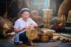 I pescatori vietnamiti stanno facendo il panieraio per l'attrezzatura di pesca a fotografia stock