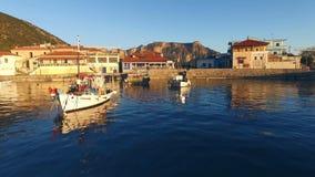 I pescherecci ballonzolano nell'acqua blu del mar Mediterraneo video d archivio