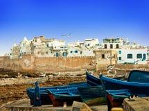 I pescherecci blu su un oceano costeggiano in Essaouira fotografia stock libera da diritti