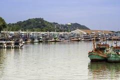 I pescherecci che stanno al pescatore port vicino alla città di Phuket fotografie stock libere da diritti