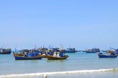 I pescherecci locali stanno attraccando nella spiaggia di Lagi immagini stock