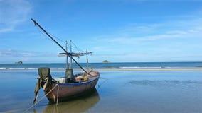 I pescherecci sono parcheggiati sulla spiaggia con acque blu e cieli blu sui paesaggi tropicali archivi video
