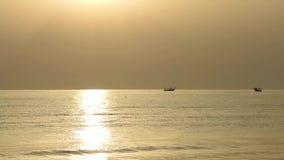I pescherecci tirano le loro reti all'alba Costo adriatico Emilia Romagna L'Italia video d archivio