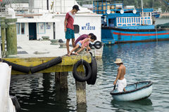 I pescherecci in Vinh Hy abbaiano, il Vietnam Immagini Stock