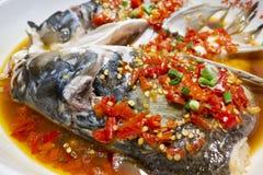 I pesci cotti a vapore si dirigono con i pepe rossi caldi tagliati fotografia stock