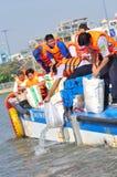 I pesci sono tenuti nei sacchetti di plastica che preparano essere liberato nel fiume di Saigon nel giorno nazionale delle indust immagini stock libere da diritti