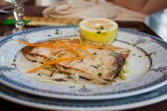I pesci spada hanno cotto con l'olio ed il limone di oliva Immagine Stock Libera da Diritti
