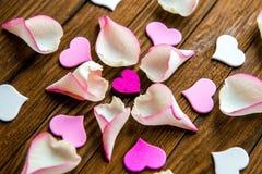 I petali di Rosa va su un fondo di legno marrone, vista superiore Fotografia Stock Libera da Diritti