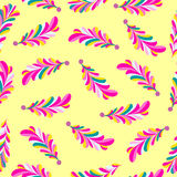 I petali rosa del fiore sottraggono il modello senza cuciture di vettore su un fondo giallo Fotografia Stock