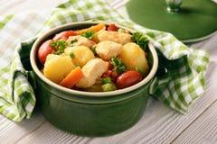 I petti di pollo hanno stufato con le patate, le carote, i piselli, i pomodori ed i peperoni delle verdure Immagini Stock