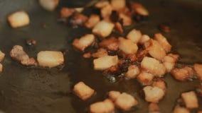 I pezzi del bacon su una padella calda sono tostati video d archivio