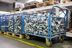 I pezzi del metallo sono nel carrello Fotografia Stock Libera da Diritti