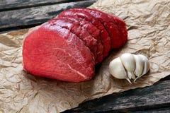 I pezzi di carne fresca, lastra del manzo su carta sgualcita Fotografia Stock