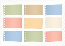 I pezzi di carta per appunti in bianco variopinta sticked su fondo diagonale a strisce royalty illustrazione gratis