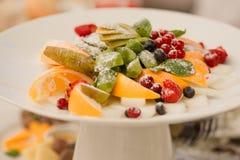 I pezzi di frutta sul piatto Immagine Stock Libera da Diritti