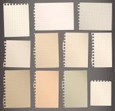 I pezzi di marrone lacerato hanno allineato e quadrato la carta per appunti illustrazione di stock