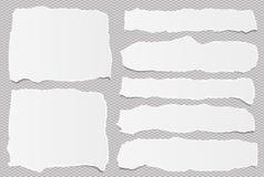 I pezzi di nota bianca lacerata, strisce di carta del taccuino hanno attaccato su fondo quadrato grigio illustrazione di stock