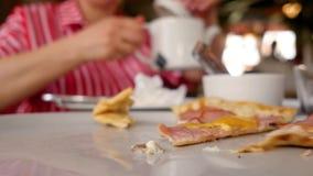 I pezzi di pizza con carne, bacon, le merguez ed il formaggio Qualcuno prende un pezzo di pizza appena preparato calda Fine in su stock footage