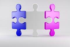 I pezzi di puzzle simbolizzano una coppia nel consiglio di matrimonio Immagini Stock Libere da Diritti