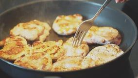 I pezzi freschi del pollo sono cucinati in padella video d archivio
