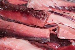 I pezzi rimanenti di tonno quando è stato tagliato per il sashimi Immagine Stock
