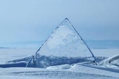 I pezzi trasparenti di ghiaccio sulla superficie del nad ghiacciato snowcaped lo stagno Lago Baikal fotografie stock libere da diritti