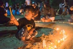 I piangente tailandesi tengono le candele e pregano per il re recente Bhumibol A Fotografia Stock Libera da Diritti