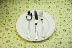 I piatti circolari, la coltelleria, coltelli si biforca cucchiai Immagine Stock Libera da Diritti