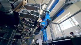 I piatti del cartone stanno ottenendo riassegnati da un meccanismo industriale video d archivio