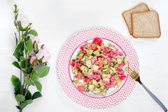 I piatti del pane della feta del formaggio del cetriolo del pomodoro dell'insalata fiorisce Fotografie Stock Libere da Diritti