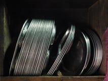 I piatti di alluminio del metallo sono impilati in posto adatto nella parete Fotografia Stock Libera da Diritti