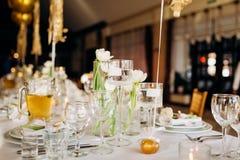 I piatti di lusso sono una tavola servente piacevole nel ristorante Celebrazione di compleanno immagine stock libera da diritti