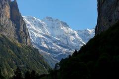I picchi alpini sono veduti da Lauterbrunnen Fotografia Stock
