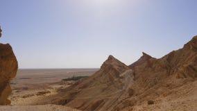 I picchi di montagna delle montagne di atlante ed il deserto del Sahara abbelliscono la vista panoramica Colpo di cottura video d archivio