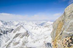 I picchi di montagna maestosi delle montagne di Sayan orientali Fotografie Stock