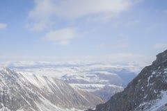 I picchi di montagna maestosi delle montagne di Sayan orientali Immagine Stock