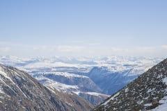 I picchi di montagna maestosi delle montagne di Sayan orientali Fotografia Stock
