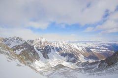 I picchi di montagna maestosi delle montagne di Sayan orientali Immagini Stock