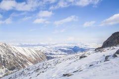 I picchi di montagna maestosi delle montagne di Sayan orientali Fotografie Stock Libere da Diritti