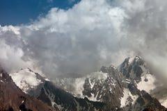 I picchi di montagna nelle nuvole, Svizzera Fotografie Stock