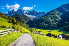 I picchi e le montagne boscose Immagini Stock