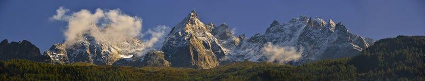 I picchi ed il cielo blu della catena montuosa di Aiguilles Chamonix, Francia Fotografie Stock