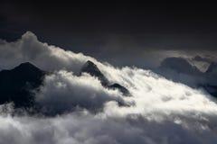 I picchi maestosi aumentano sopra le nuvole, le alpi di Carnic, Italia Immagini Stock Libere da Diritti
