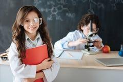 I piccoli allievi di Delighful che lavorano alla scienza proiettano alla scuola Fotografie Stock Libere da Diritti