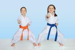 I piccoli atleti allegri in kimono battono la mano della perforazione Fotografia Stock Libera da Diritti