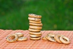 I piccoli bagel sono sulla tabella Fotografia Stock