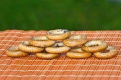 I piccoli bagel sono sulla tabella Fotografie Stock