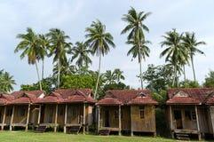 I piccoli bungalow si avvicinano alle palme Immagine Stock Libera da Diritti
