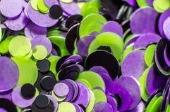 I piccoli cerchi colorati inchiodano l'arte e le estensioni sotto il gel Immagini Stock