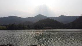 I piccoli flussi del fiume sopra la foresta e la montagna sui precedenti nella luce morbida di tramonto video d archivio